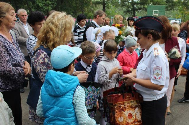 1 сентября детей в школах области навестили сотрудники ГИБДД, МЧС и полиции, чтобы напомнить основы безопасного поведения.