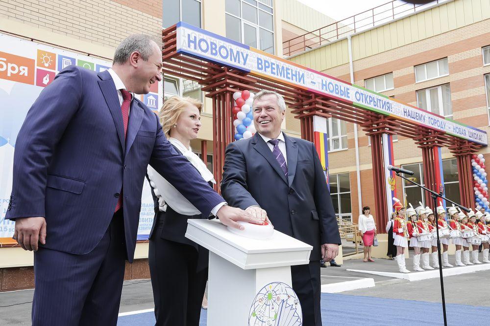 Губернатор Василий Голубев принял участие в торжественной линейке в честь Дня знаний и открыл новую школу в самом крупном новом жилом районе Ростова – Левенцовском.