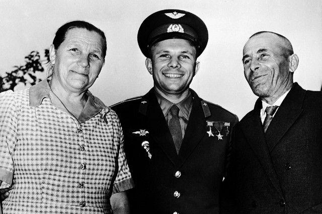 Юрий Гагарин с родителями - Анной Тимофеевной и Алексеем Ивановичем, 1961 г.