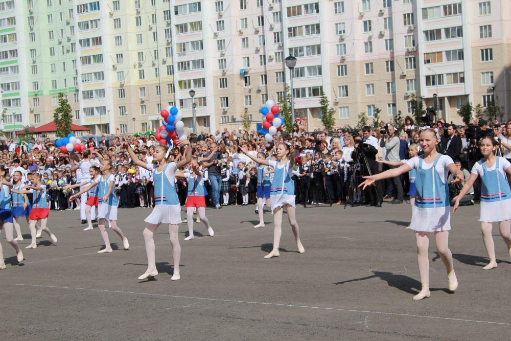 Учебное заведение рассчитано на 1400 школьников, а его площадь равна территории нескольких футбольных полей.
