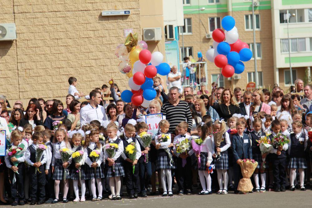 На линейку пришли многие жители Левенцовки.