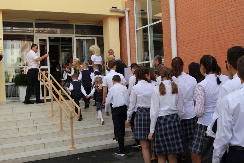 Всего первый звонок в новом учебном году прозвенел для 411 тысяч донских школьников, это на семь тысяч больше, чем год назад.