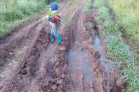 На той части дороги, которую ремонтировать не стали, всё также стоит вода.