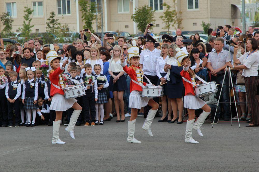 Выступление школьниц на торжественном концерте.