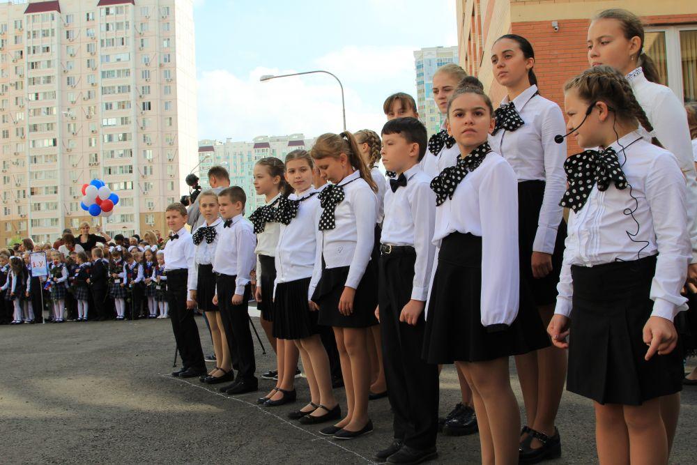 Хор школьников исполнял песни.