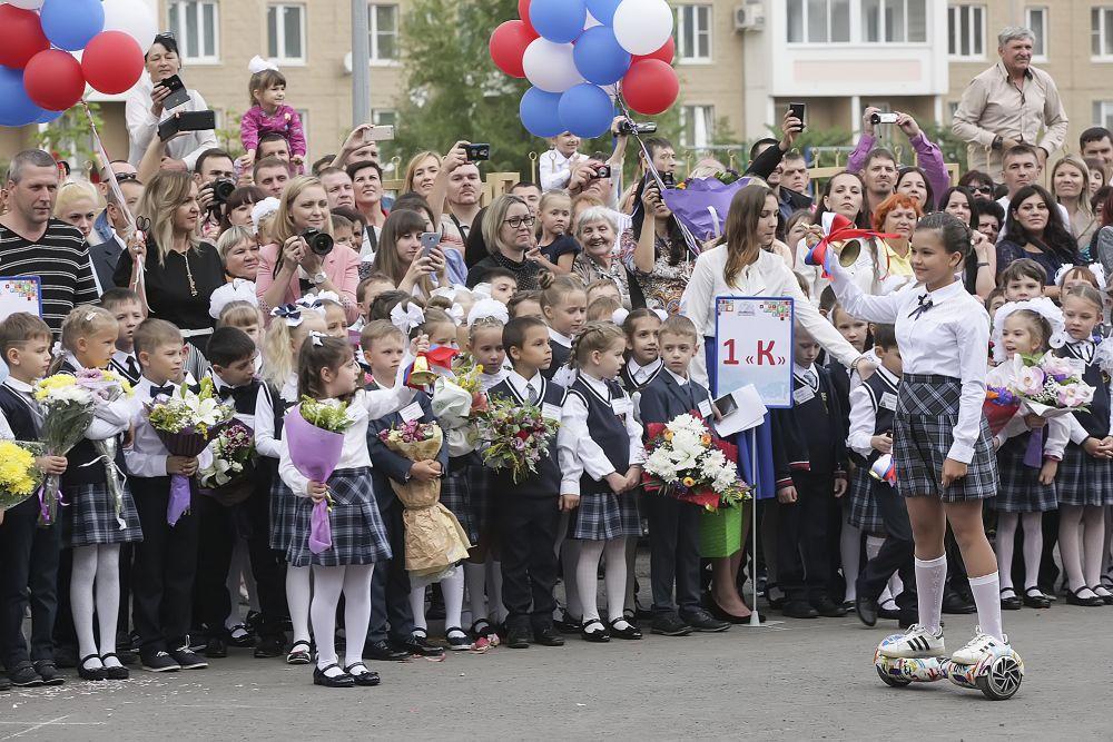 Пятиклассница Валерия Летуновская сделала символичный первый звонок на гироскутере.