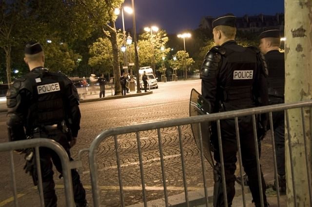 Встолице франции около Эйфелевой башни задержали подозрительного мужчину