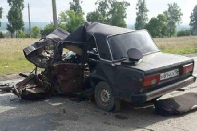 Переднюю часть автомобиля смяло от мощного удара.