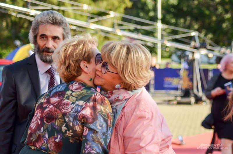 Светлана Учайкина и Владимир Макеранец приветствуют Аллу Сурикову.