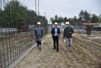 Строительство новой школы идет полным ходом.