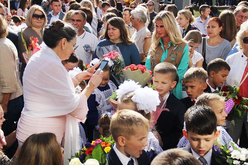 Вся площадка перед школой была заполнена родителями и учениками