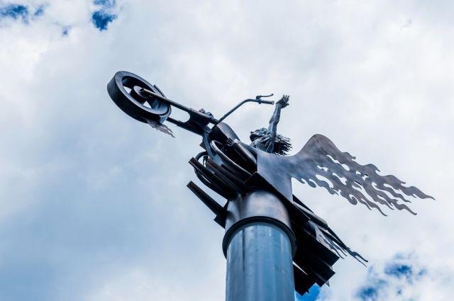 Мужчина взлетел с пассажирского сидения мотоцикла