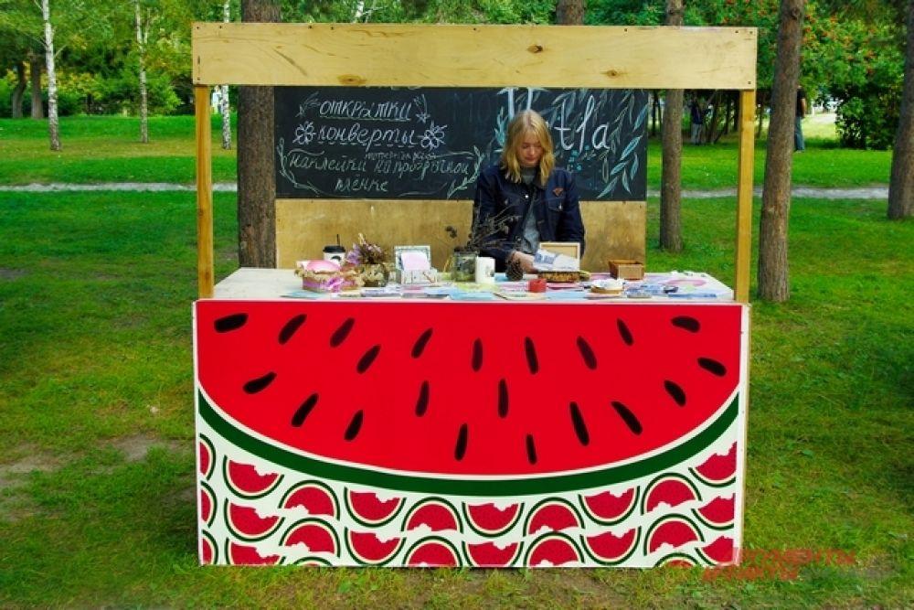 Всё палатки, украшения и костюмы погружали гостей пикника в красочный арбузный мир