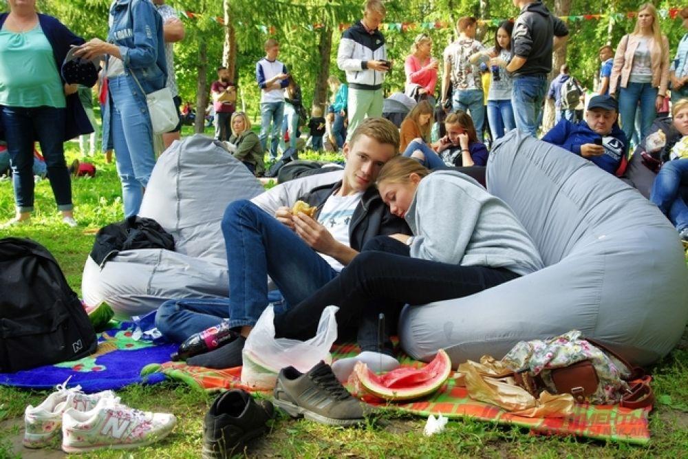 Под вечер сытые и уставшие новосибирцы растягивались на зеленой траве, чтобы насладиться просмотром фильма под открытым небом