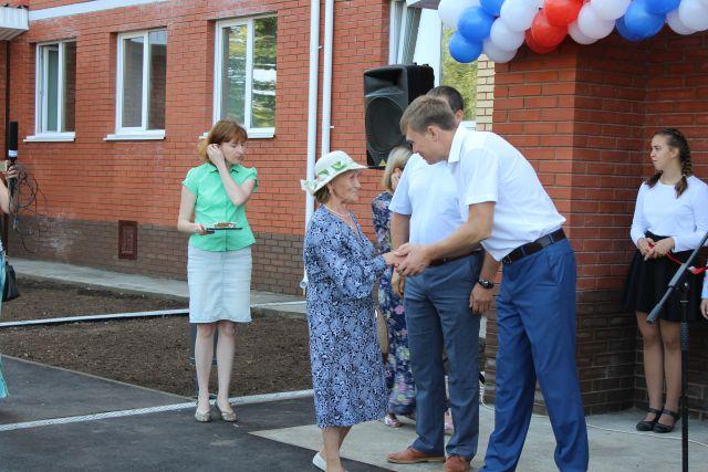 Менгиза Усманова, получая ключи от новой квартиры, рада тому, что больше не будет проблем с печным отоплением и вечной сыростью.