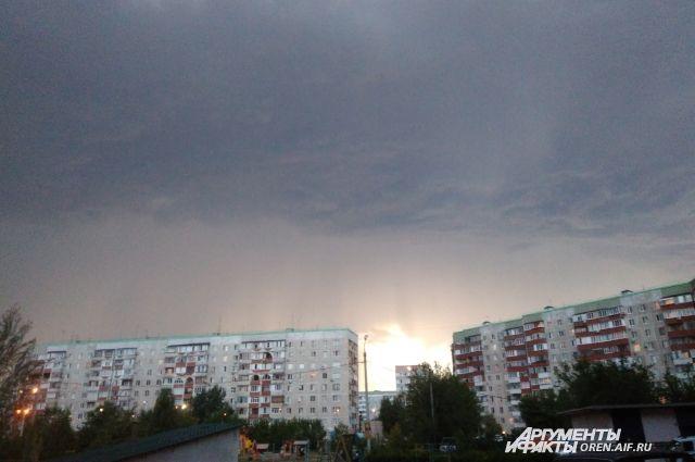 МЧС: В Оренбуржье рабочая неделя начнется с грозы и штормового ветра.