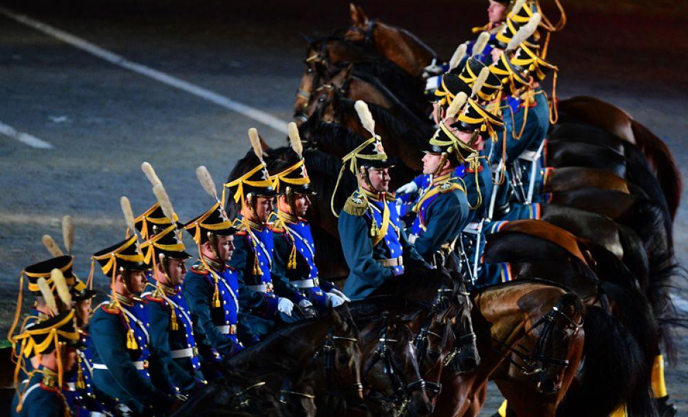Военнослужащие конных караулов Президентского полка на торжественной церемонии закрытия X Международного военно-музыкального фестиваля «Спасская башня» в Москве.