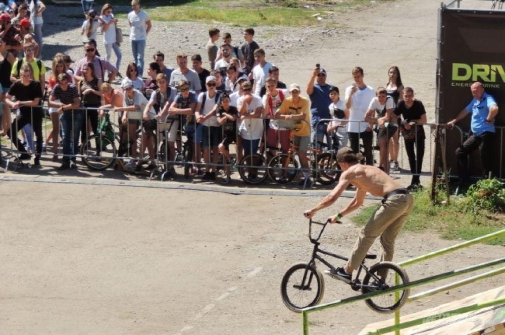 Трюки на наклонных перилах являются одними из самых зрелищных и травмоопасных в BMX-спорте.