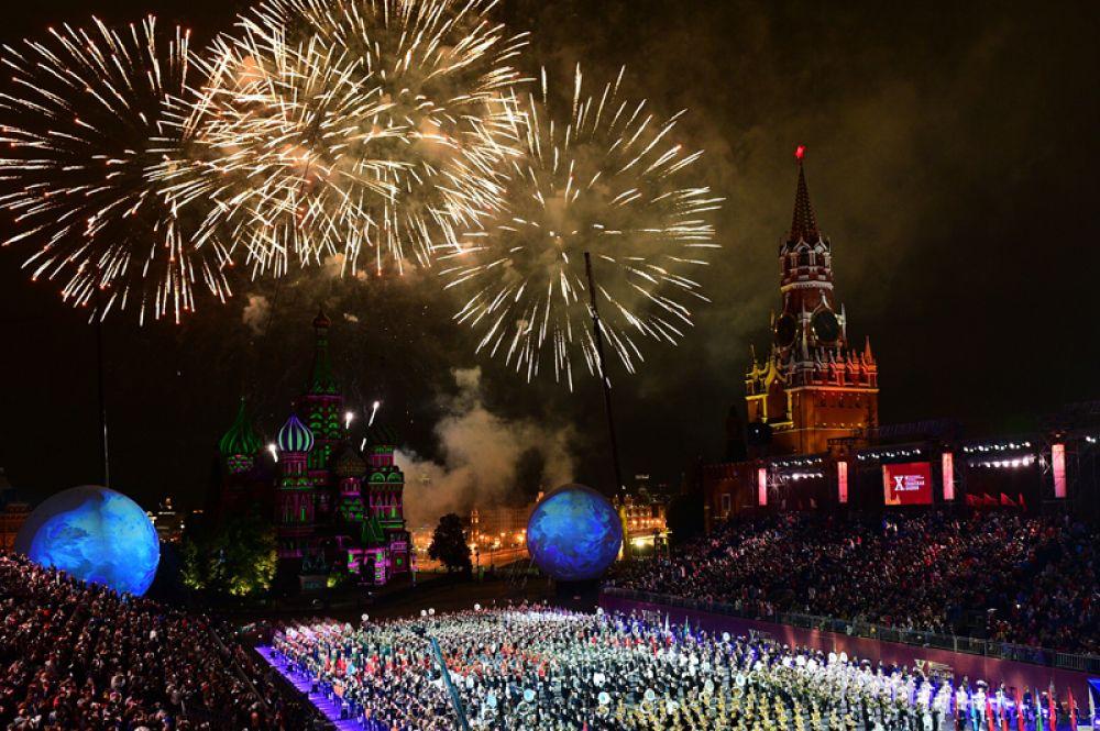 Праздничный салют на церемония закрытия X Международного военно-музыкального фестиваля «Спасская башня» в Москве.