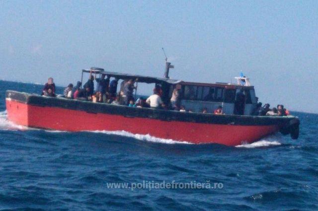Рыболовецкое судно с мигрантами