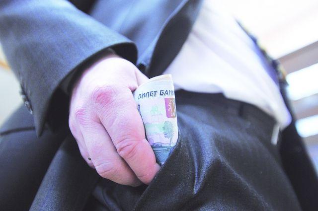 Чиновник подозревается в мошенничестве и получении взяток в особо крупном размере.