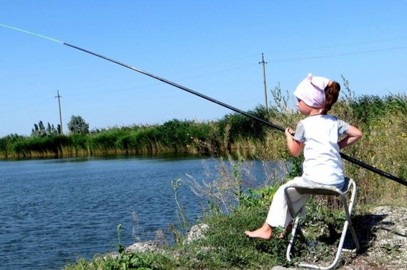 «Рыбачка Соня».Это наша дочь Маша на первой в ее жизни рыбалке на отдыхе в Краснодарском крае. Удивлялись ее настойчивости, с которой она в свои 5 лет держала такое длинное удилище, и упорству, благодаря которому она тогда поймала 5 карасей.