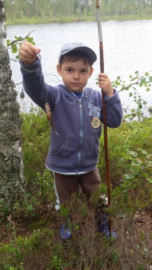 «Мой первый в жизни улов!». Направляем на конкурс фотографию моего 5-летнего сына Дмитрия, который в прошлом году поймал свою первую рыбу, окуня, на озере в поселке Лейпясуо.