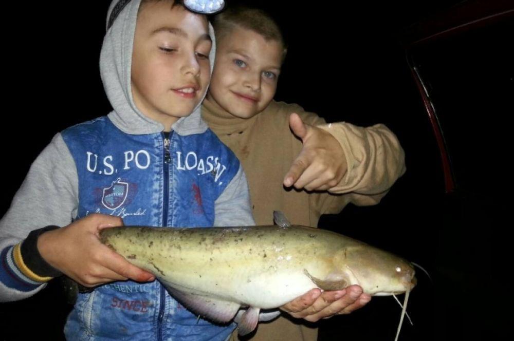Ночная рыбалка удалась! Ребенок, вооруженный фонариком и спинингом ночью сам смог поймать сома! Стаж у маленького рыбака уже 4 года!