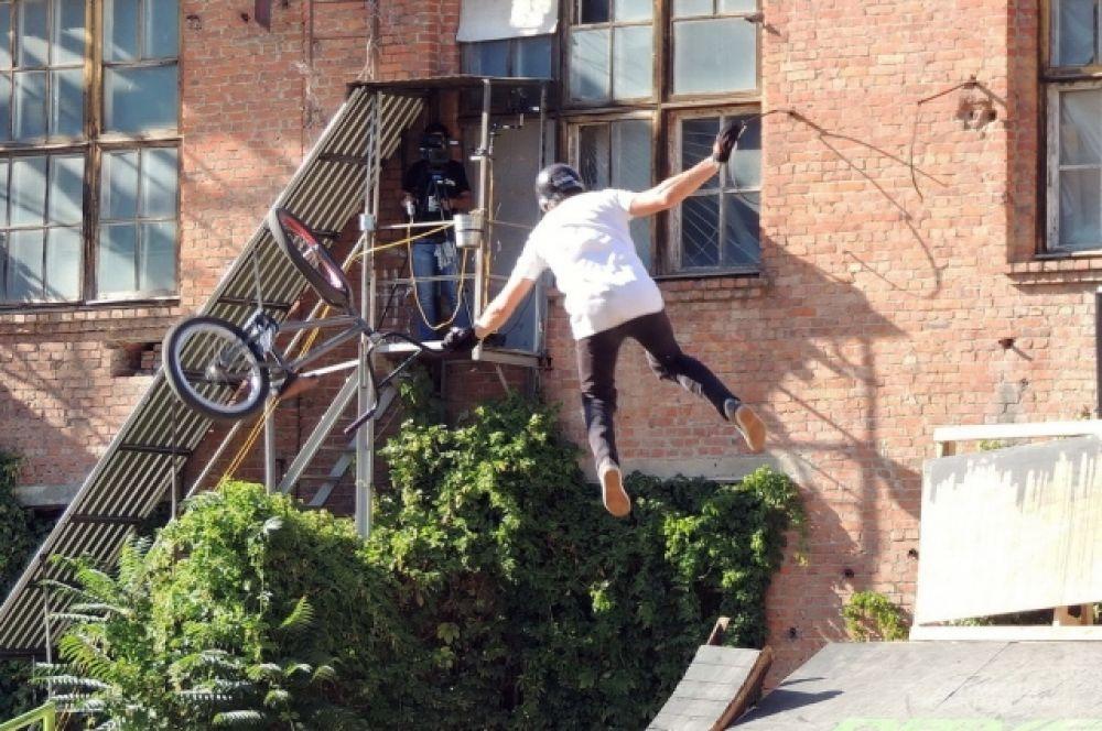 Спортсмен должен уметь соскользнуть с велосипеда в полете и успеть взобраться на него до падения.
