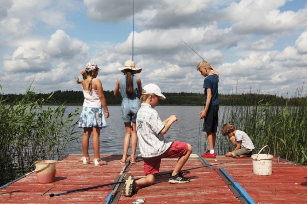 Соревнование между девочками и мальчиками на Орлинском озере. Счет 24:0 в пользу девочек.