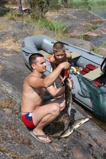 При любой возможности едем в красивейшие места – Ладожские шхеры, на острова. Рыбачим всей семьей. Муж предпочитает ловлю на спиннинг, сын – на удочку. Снимок для конкурса было выбрать непросто, пусть будет этот: может, трофеи не самые достойные, зато искренний интерес в глазах моих любимых рыбаков!
