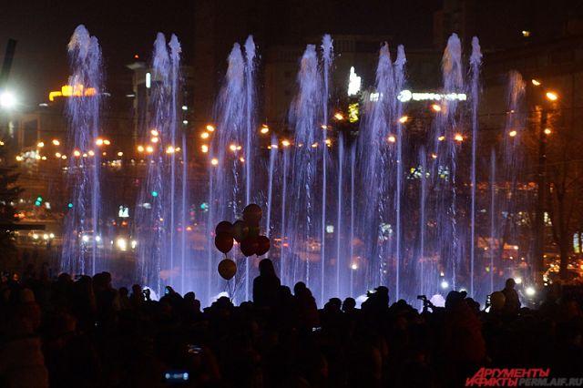 Светомузыкальные представления театрального фонтана можно увидеть по будням в 22.45, в выходные в 20.45, 21.45 и 22.45.