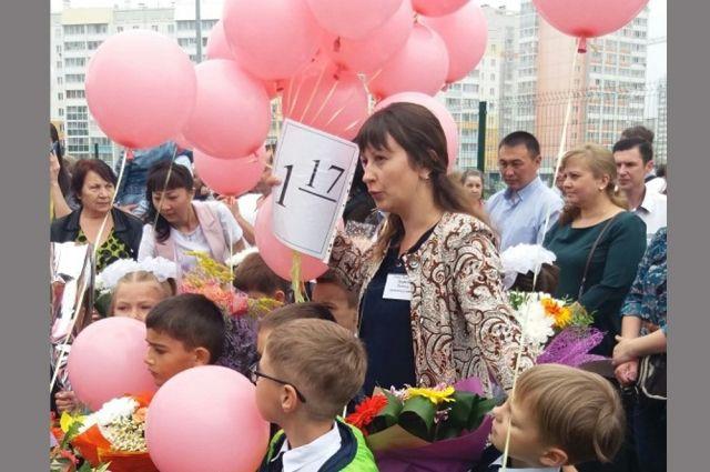 В 1 класс в школу в микрорайоне Парковый в Челябинске пошли более пятисот первоклассников. Сформировали 17 первых классов.