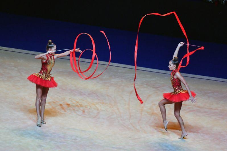 Арина Аверина (слева) и Дина Аверина (справа) во время показательных выступлений на Гала-концерте чемпионата мира по художественной гимнастике в итальянском Пезаро.