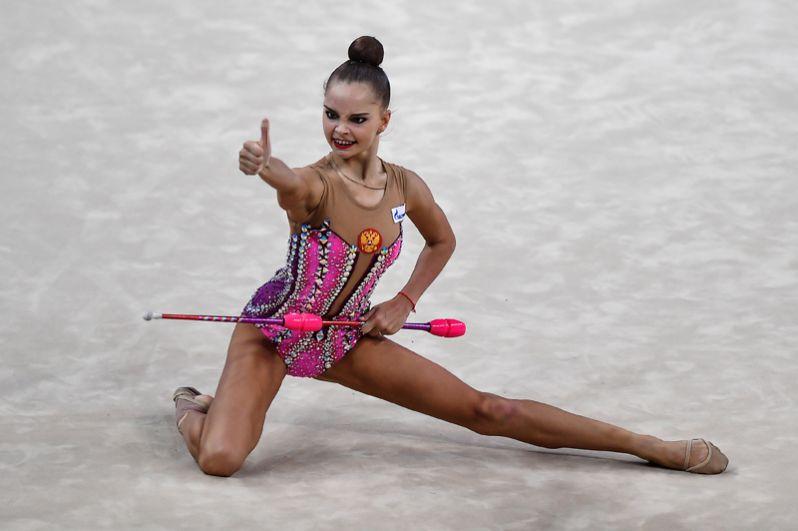 Арина Аверина, 19 лет (личный зачёт). Арина тоже трехкратная чемпионка Европы (командное первенство, упражнения с мячом и булавами). На ЧМ 2017 года завоевала две золотые медали в упражнении с мячом и лентой.