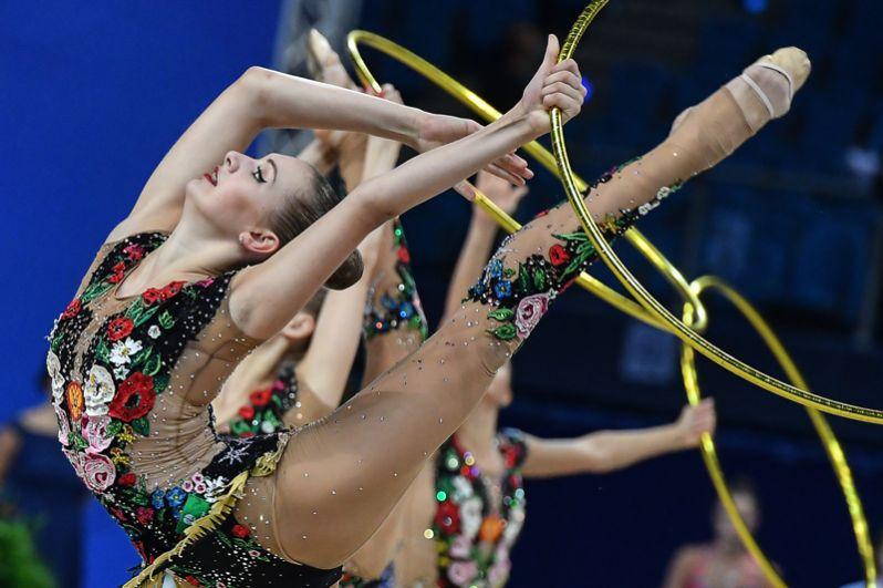 На счету российской сборной также серебро в групповых упражнениях с пятью обручами.