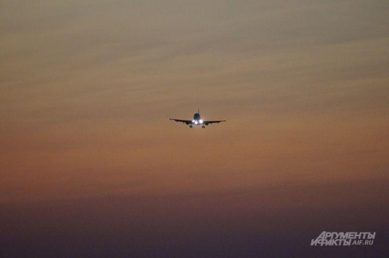 Летит по небу самолет.