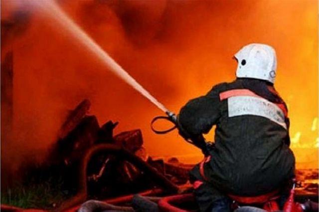 Опубликовано видео с места пожара в автомобиле на Республики в Тюмени