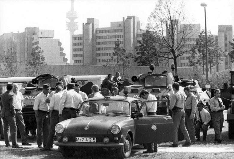 Полицейские перед Олимпийской деревней. В ФРГ на тот момент не существовало специальных отрядов по борьбе с террористами.