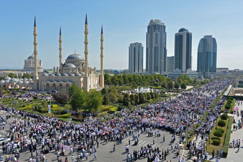 Люди заполнили все прилегающие к мечети «Сердце Чечни» улицы.