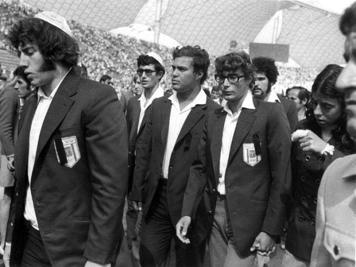 Члены израильской команды выходят на Олимпийский стадион в Мюнхене на траурную церемонию 6 сентября 1972 года.