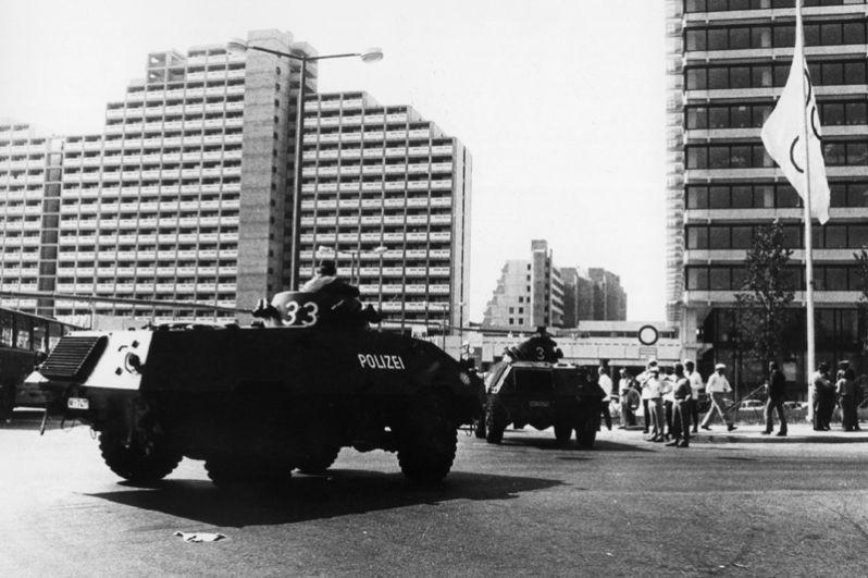 Полицейские бронетранспортёры, с появлением которых террористы запаниковали и начали расстреливать заложников.