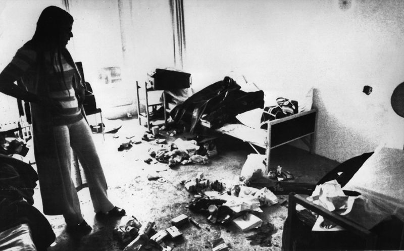 Вдова убитого тренера по фехтованию Андре Шпицера смотрит на полностью разрушенную комнату в Олимпийской деревне, в которой террористы содержали израильских спортсменов.