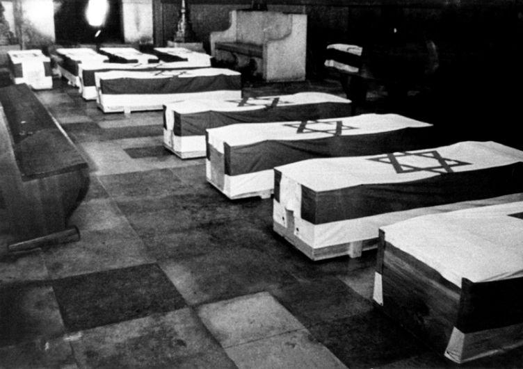 Гробы с телами жертв террористического нападения в Мюнхенской синагоге.