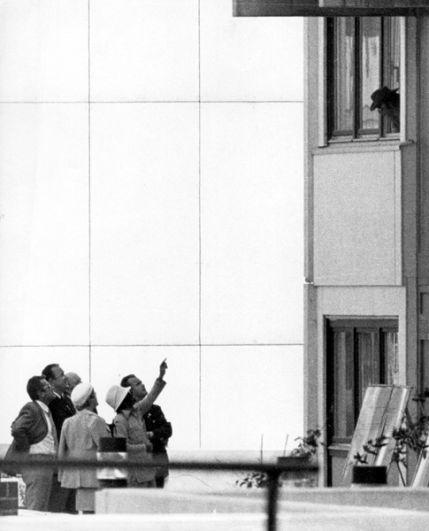 Террорист (справа, в окне) ведёт переговоры с членами немецкой делегации, возглавляемой министром внутренних дел Гансом-Дитрих Геншером (второй слева).