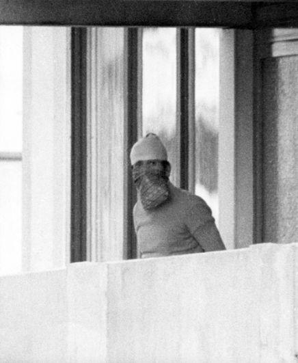 Террорист в маске на балконе квартиры, где жила израильская команда в Олимпийской деревне.
