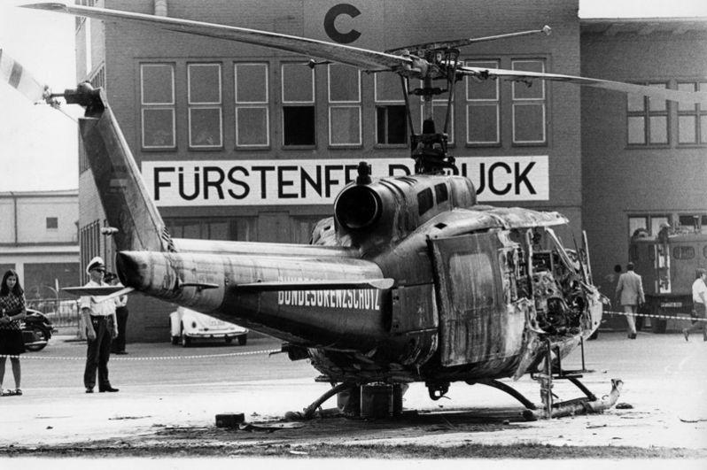 Взорванный вертолёт на военно-воздушной базе НАТО в Фюрстенфельдбруке, где немецкие власти планировали обезвредить боевиков.