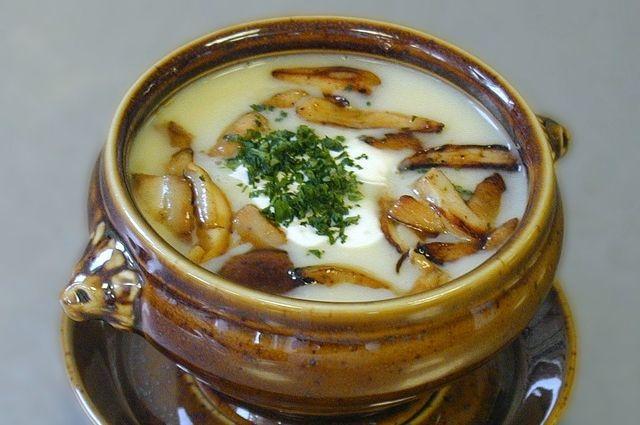 Грибные супы отлично сочетаются со сметаной и зеленью.