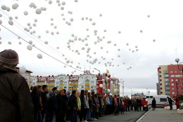Салехардцы выпустили в небо воздушные шары в память жертв террористических актов