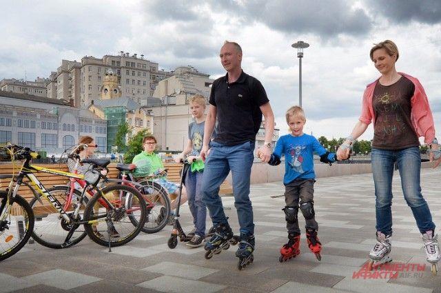 Якиманская набережная стала единым маршрутом из парка Горького и «Музеона» - и пешим, и роликовым, и велосипедным.